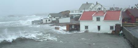 Stormen Inga herjer med bebyggelse. Foto: Kystbloggen