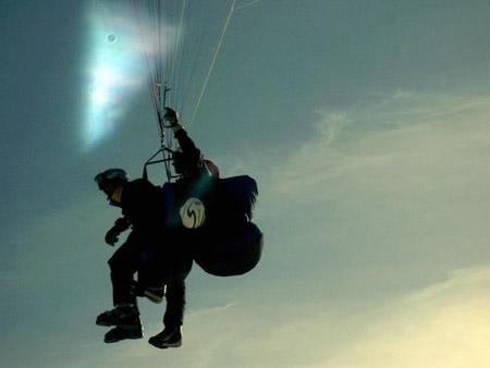 Å hoppe er galskap, men man lander trygt med fallskjerm. Foto: freedigitalphotos.net
