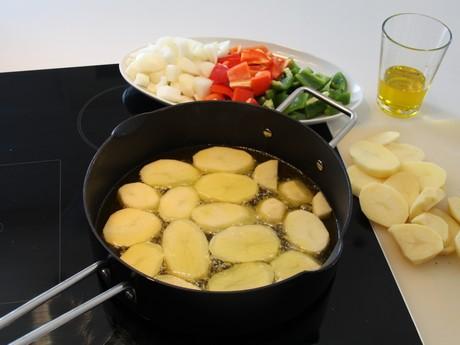Forsteking av potetskiver til bacalao